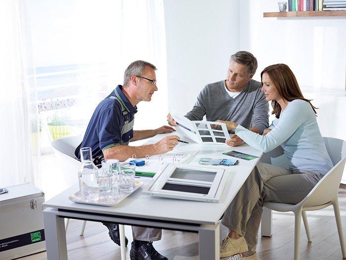 1 Berater und Ein Ehepaar sitzen an einem Tisch