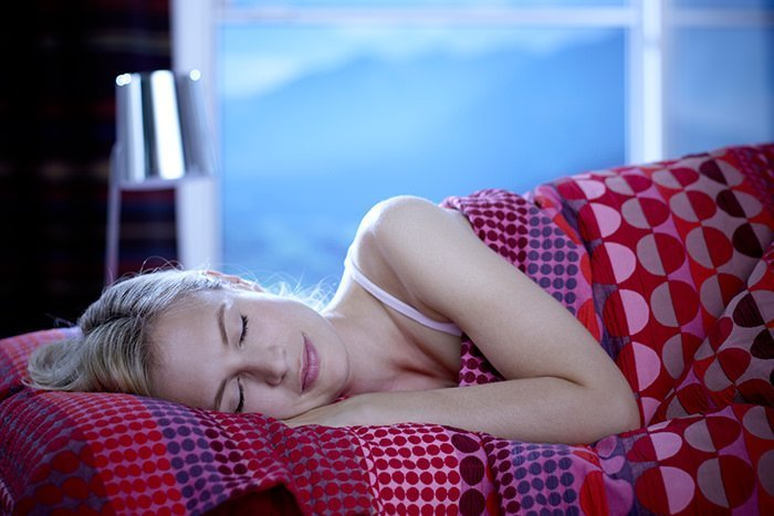 Frau liegt im Bett und schläft
