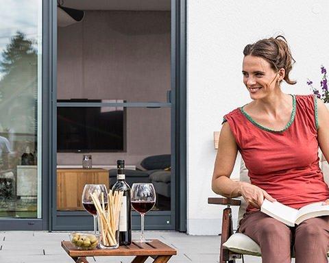 Paar sitz im Garten auf der Terrasse